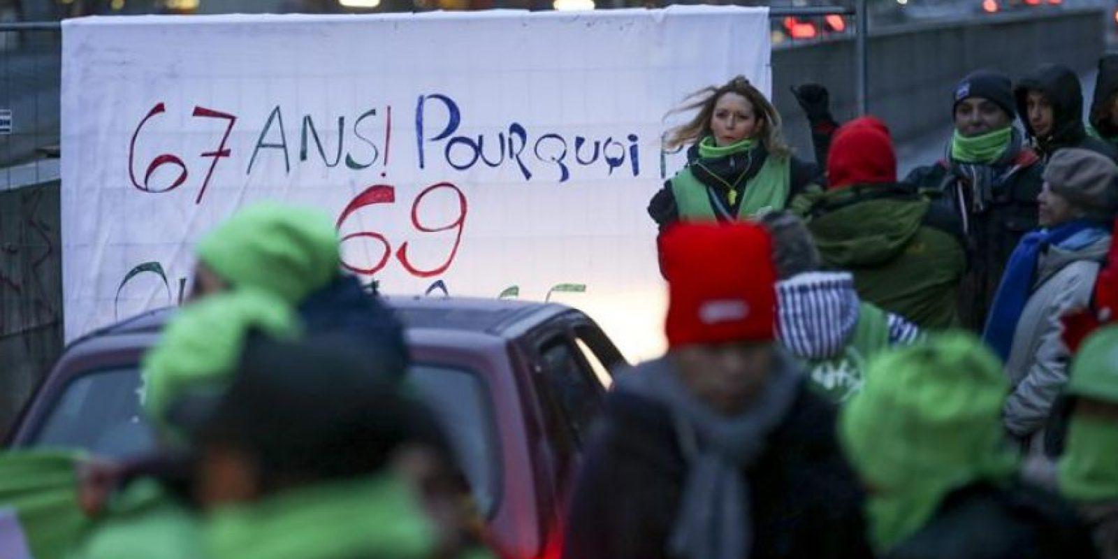 """Representantes de sindicatos cortan el tráfico en la """"rue de la loi"""" en Bruselas (Bélgica) durante la huelga general convocada para hoy. Bélgica vive hoy una jornada de huelga general convocada por los sindicatos en protesta por las medidas económicas de austeridad del nuevo Gobierno liberal, y con la que esperan paralizar la actividad económica y los transportes del país. EFE"""