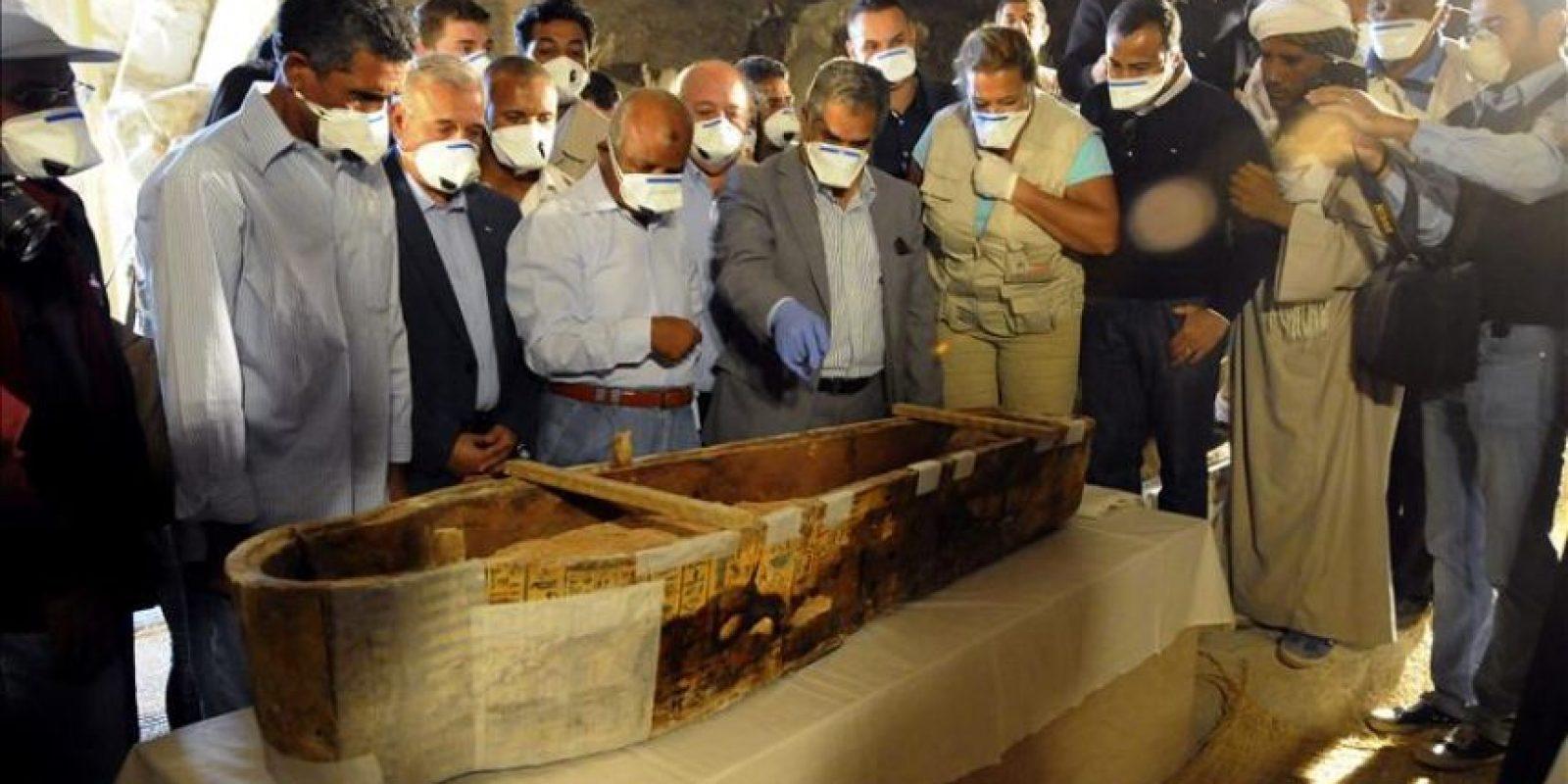 """Fotografía facilitada por el proyecto """"Visir Amen-Hotep Huy"""", del equipo del proyecto español en Luxor """"Visir Amen-Hotep Huy"""", que levanta la tapa de un sarcófogo de una cantora de Amón, ante la presencia del ministro Egipcio de Antigüedades, Mamduh al Damati (4d), y el gobernador de Luxor, Tarek Saad el Din. EFE"""