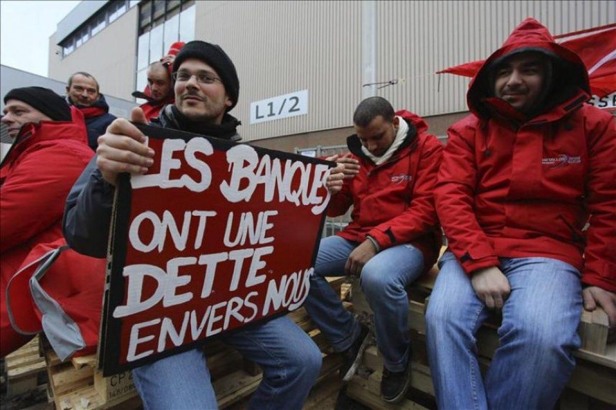 Trabajadores en huelga protestan hoy ante la sede de Audi en Bruselas (Bélgica). Bélgica amanece hoy paralizada por una huelga general que afecta a todos los sectores, en protesta por las medidas de austeridad que quiere aplicar el nuevo Gobierno liberal, que incluyen el retraso de la edad de jubilación y la paralización de la indexación salarial que hasta ahora era anual. EFE