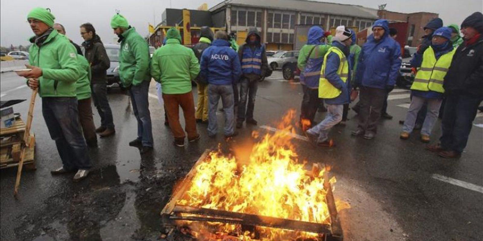 Trabajadores en huelga protestan hoy ante la sede de DHL en Zaventem (Bélgica). Bélgica amanece hoy paralizada por una huelga general que afecta a todos los sectores, en protesta por las medidas de austeridad que quiere aplicar el nuevo Gobierno liberal, que incluyen el retraso de la edad de jubilación y la paralización de la indexación salarial que hasta ahora era anual. EFE