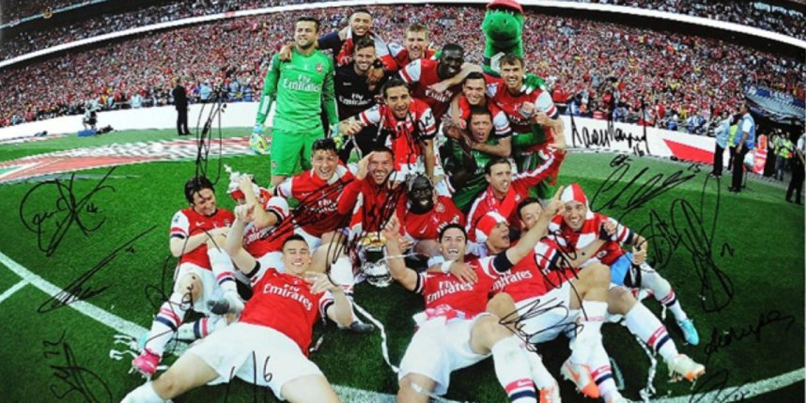 La foto de la celebración del Arsenal por ganar la FA Cup. Foto:unitedcharity.de