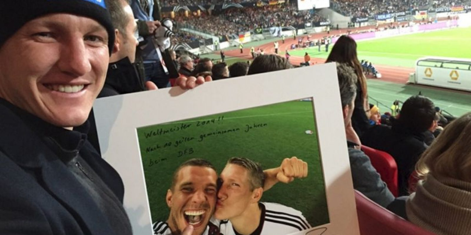 La mítica foto de Bastian Schweinsteiger y Lukas Podolski. Foto:unitedcharity.de