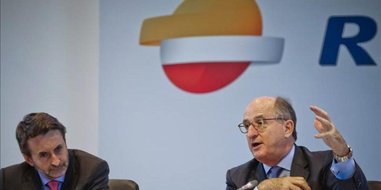 El presidente de Repsol, Antonio Brufau (d) y el consejero delegado, Josu Jon Imaz, durante la rueda de prensa que ofrecieron hoy en Madrid para explicar los detalles de la oferta pública de aquisición de acciones amistosa que lanzará sobre el cien cien por cien de la petrolera canadiense Talisman. EFE