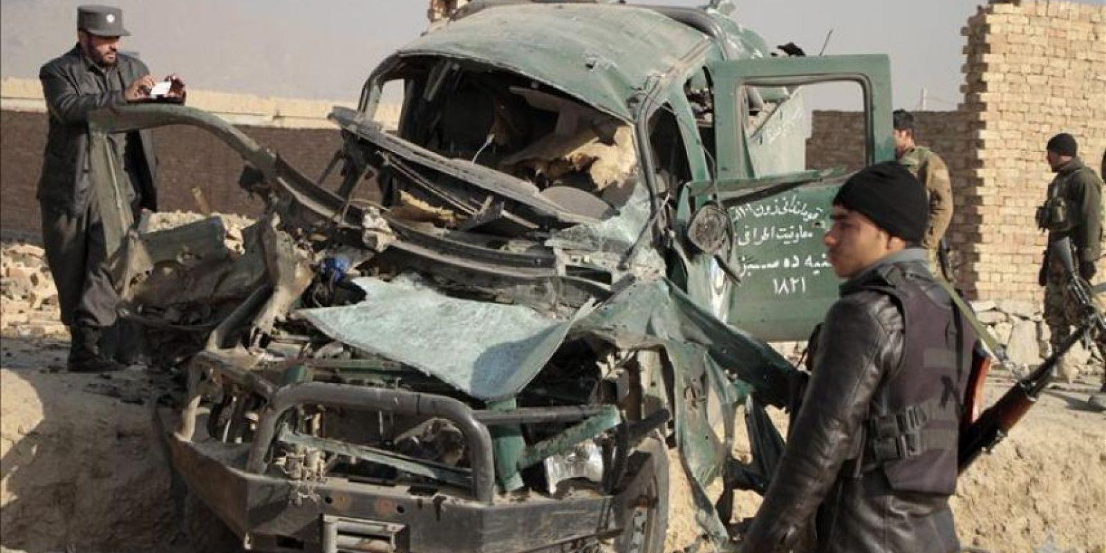 Oficiales de seguridad afganos inspeccioanan el escenario de un atentado suicida con bomba perpetrado contra un coche policial en Kabul (Afganistán), hoy, jueves 18 de diciembre de 2014. EFE