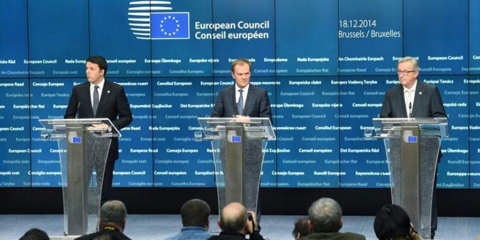 (De i a d) El primer ministro de Italia Matteo Renzi, el presidente del Consejo Europeo Donald Tusk y el presidente de la Comisión Europea Jean-Claude Juncker en la sede del Consejo Europeo. EFE