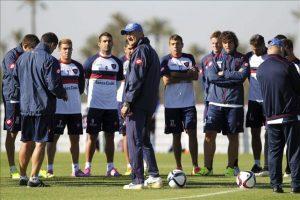 El entrenador del San Lorenzo Edgardo Bauza (centro) asiste al entrenamiento de su equipo en Marrakech (Marruecos) hoy, viernes 19 de diciembre de 2014. EFE