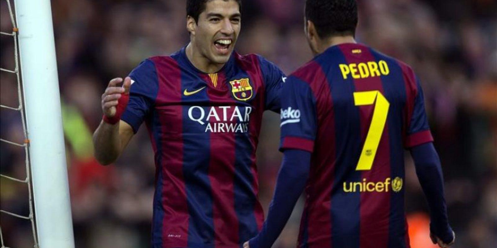El delantero uruguayo del FC Barcelona Luis Suárez (i) celebra con su compañero, Pedro Rodríguez, el gol marcado ante el Córdoba, el segundo del equipo, durante el partido correspondiente a la decimosexta jornada de Liga que disputaron en el estadio Camp Nou de Barcelona. EFE