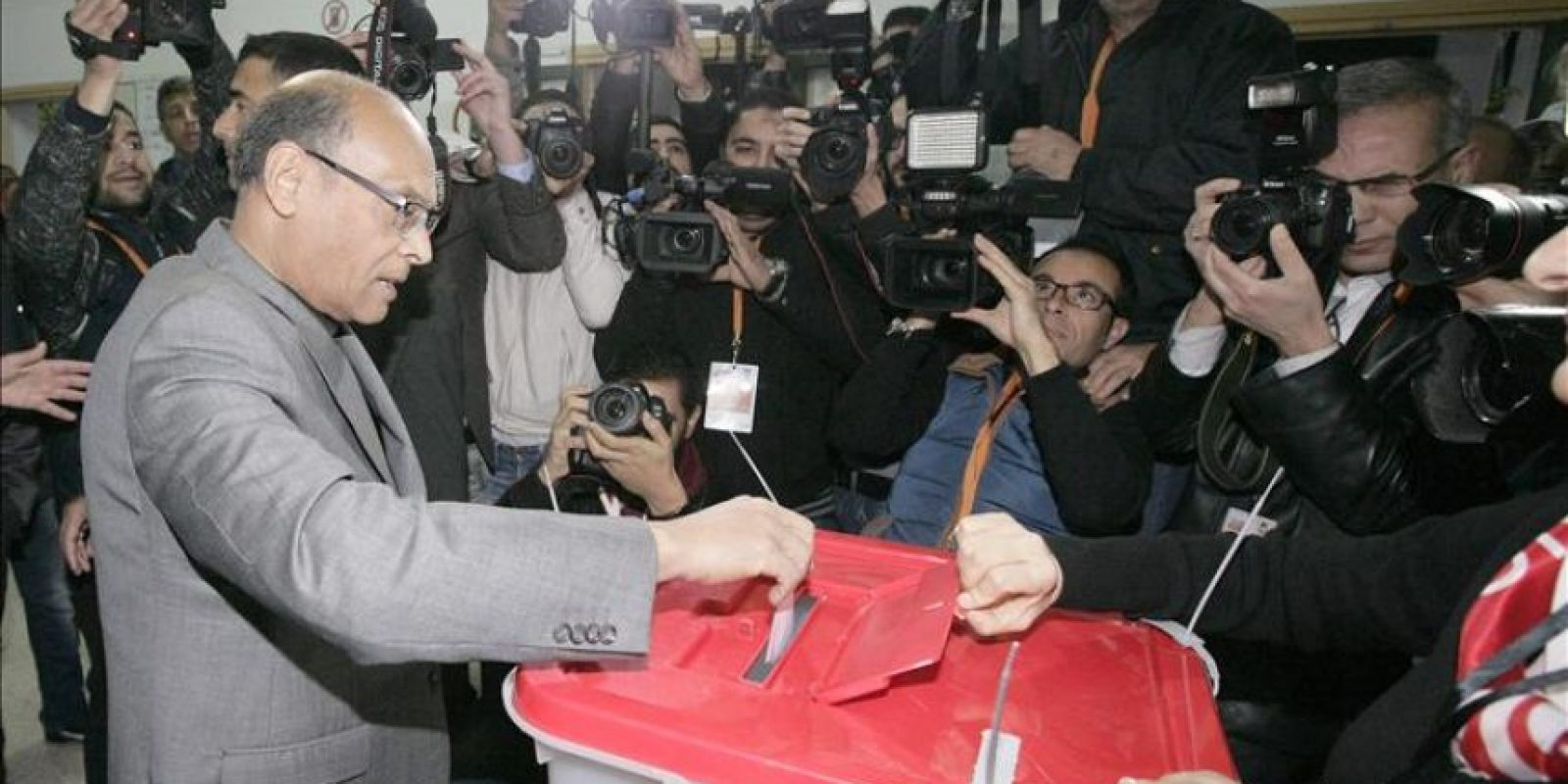 El presidente tunecino, Mohamed Moncef Mouzouki, deposita su voto hoy en la localidad de Sousse, Túnez. EFE