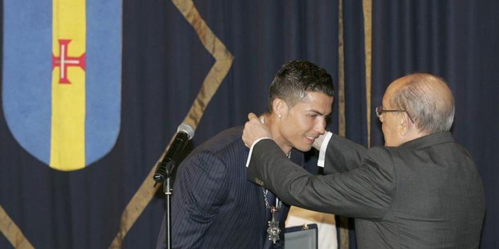 El futbolista portugués Cristiano Ronaldo (i) recibe la Medalla al Mérito de manos del presidente de la Asamblea Legislativa de Madeira, Miguel Mendonça, hoy en el Parlamento de ese país. EFE