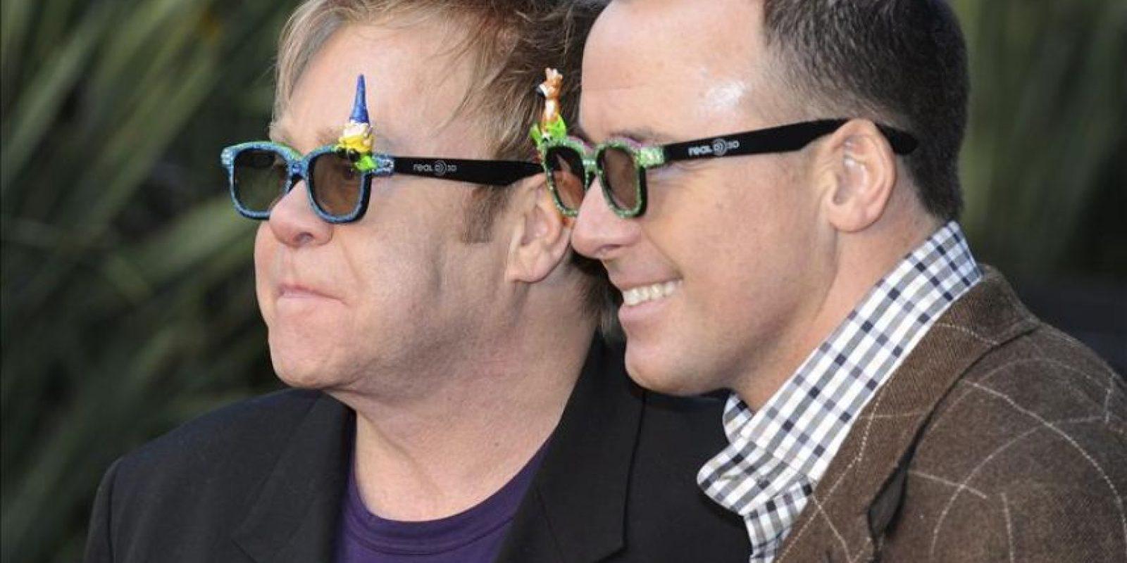 El cantante británico Elton John (i) y su pareja el productor estadounidense David Furnish (d). EFE/Archivo