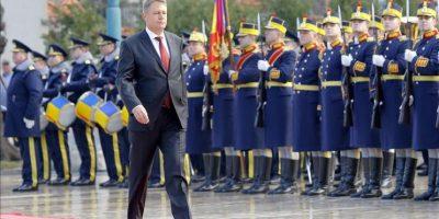 El liberal Klaus Iohannis fue investido hoy nuevo presidente de Rumanía en una ceremonia celebrada en Parlamento de Bucarest un mes después de su victoria en las elecciones presidenciales del país. EFE