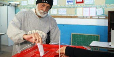 Un ciudadano tunecino deposita su voto hoy en un colegio electoral en Sousse, Túnez. EFE