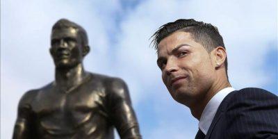 """El futbolista del Real Madrid Cristiano Ronaldo inauguró este domingo una estatua con su figura en el archipiélago luso de Madeira, su tierra natal, y expresó que su deseo para el año próximo es """"volver a ganar la Liga de Campeones"""" con el club blanco. EFE"""