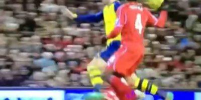 El francés Oliver Giroud del Arsenal fue quien tuvo el desafortunado encuentro con el jugador del Liverpool. Foto:Vine