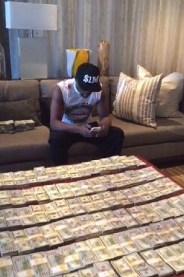 No se cansa de contar su fortuna. Foto:instagram.com/floydmayweather