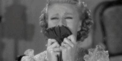 Esta sustancia provoca ganas de llorar, irritabilidad, dolor de cabeza y falta de apetito o excesivo deseo de comer, según informa la endocrinóloga Sofía González Jornet a Cosmopólitan. Foto:Tumblr.com/Tagged/mujeres-sensibles