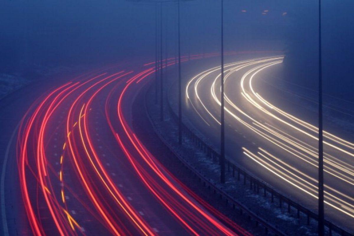 Al conducir de noche, mantenga encendidas las luces, tanto las delanteras como las traseras, durante todo el periodo entre la puesta de sol y el amanecer. Foto:Getty Images