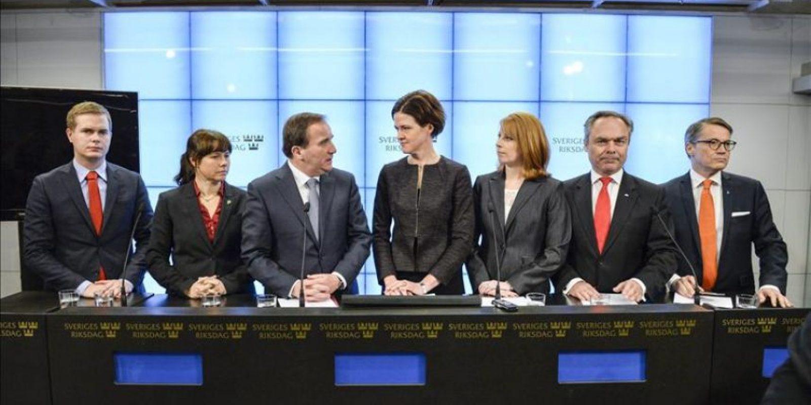 El primer ministro sueco y líder del Partido Social Demócrata Stefan Löfven (3 izda) junto con los líderes de los partidos políticos suecos durante una conferencia de prensa en el Parlamento sueco en Estocolmo, Suecia, hoy 27 de diciembre de 2014. EFE