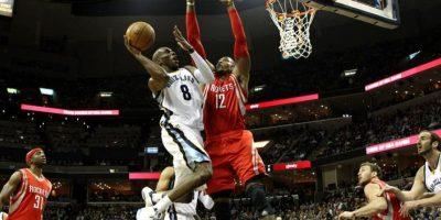Quincy Pondexter (i) de los Grizzlies en acción ante Dwight Howard (d) de los Rockets durante el partido entre Rockets y Grizzlies por la NBA. EFE