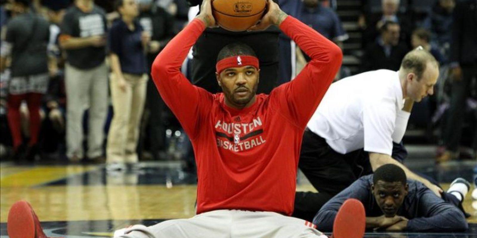 El jugador de Rockets, Josh Smith realiza ejercicios de estiramiento antes del partido entre Rockets y Grizzlies por la NBA. EFE