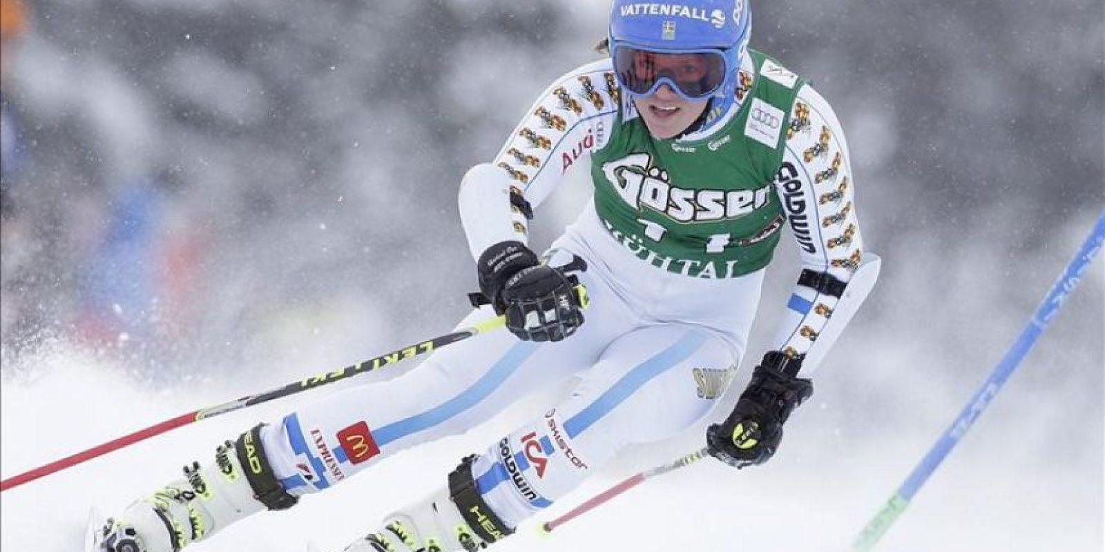 La esquiadora sueca, Sara Hector, durante la prueba de gigante disputada en la estación austríaca de Kuehtai. EFE