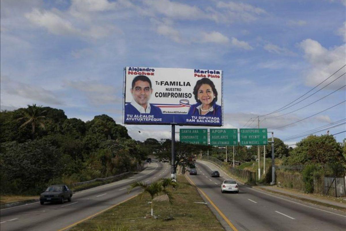 Automóviles pasan frente a una valla publicitaria de candidatos de la opositora Alianza Republicana Nacionalista (ARENA), hoy miércoles 31 de diciembre de 2014, por las principales calles de San Salvador(El Salvador). EFE