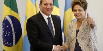 La mandataria brasileña, Dilma Rousseff (d), saluda al primer ministro sueco, Stefan Lofven, este 2 de enero, durante una reunión bilateral en el Palacio del Planalto en Brasilia, un día después de la investidura de Rousseff para su segundo mandato. EFE