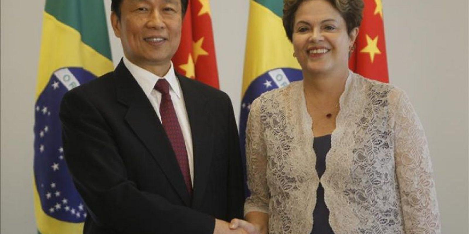 La mandataria brasileña, Dilma Rousseff, saluda al vicepresidente de China, Li Yuanchao (i) este 2 de enero, durante una reunión bilateral en el Palacio del Planalto en Brasilia, un día después de la investidura de Rousseff para su segundo mandato. EFE