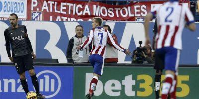 El delantero francés del Atlético de Madrid Antoine Griezmann (c) celebra el gol que acaba de marcar, el segundo durante el partido frente al Levante de la decimoséptima jornada de Liga de Primera División que se jugó en el estadio Vicente Calderón. EFE