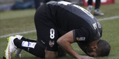 El centrocampista marroquí del Levante Nabil El Zhar (i) celebra el gol marcado al Atlético de Madrid, durante el partido de la decimoséptima jornada de Liga de Primera División disputado en el estadio Vicente Calderón. EFE