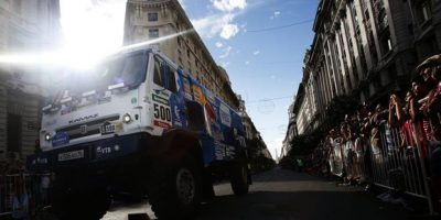 El piloto ruso Andrey Karginov de KAMAZ conduce su camión durante la presentación del Rally Dakar 2015, en Buenos Aires (Argentina). EFE