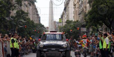 El piloto español Nani Roma conduce su Mini durante la presentación del Rally Dakar 2015 en Buenos Aires (Argentina). EFE