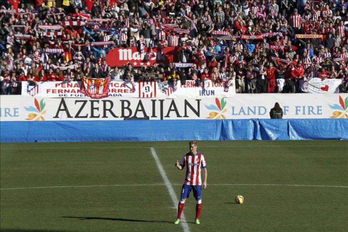 El delantero Fernando Torres saluda a los aficionados durante su presentación como nuevo jugador del Átletico de Madrid, en su regreso cedido hasta el 30 de junio de 2016, esta mañana en el estadio Vicente Calderón. EFE
