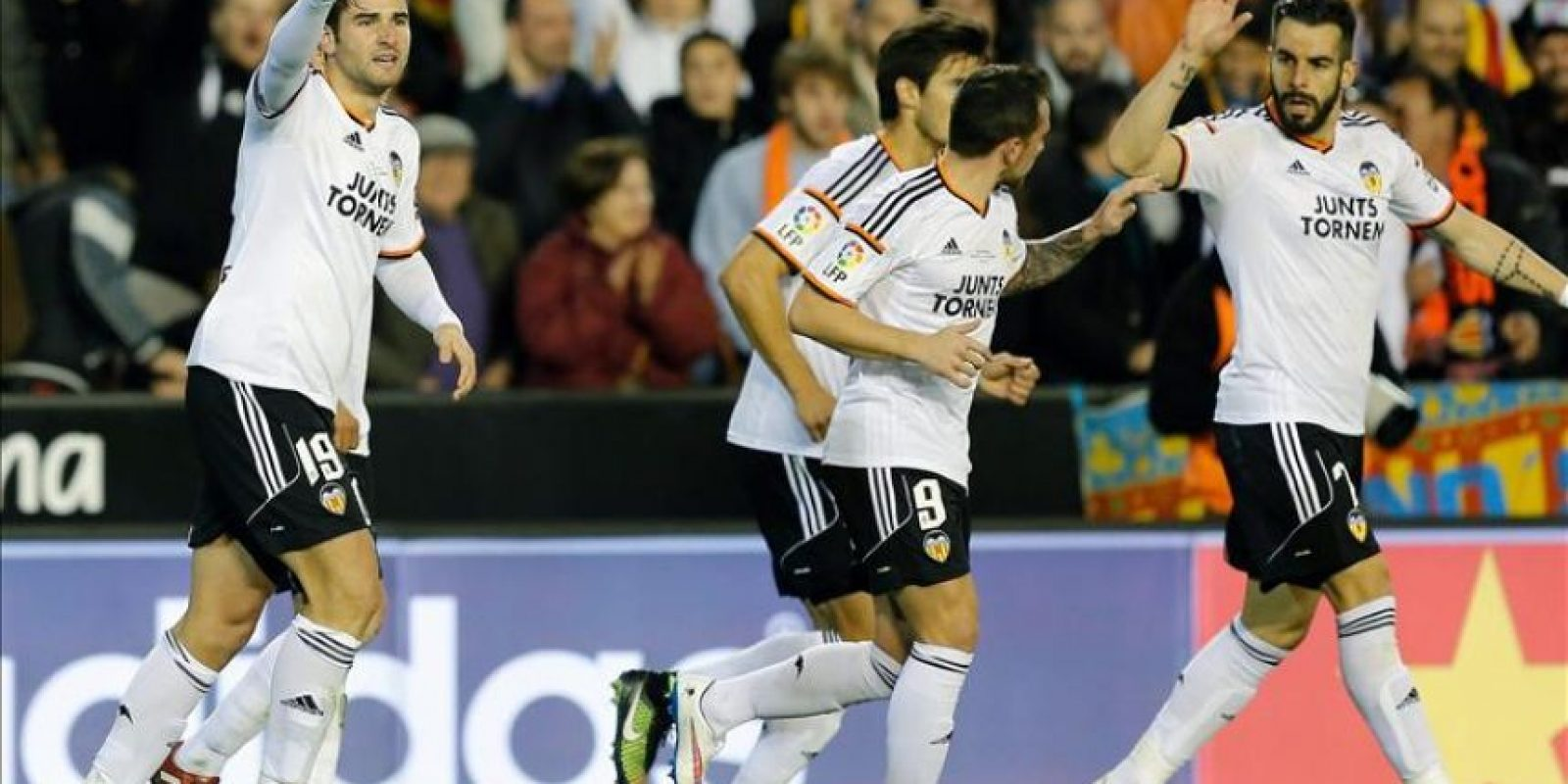 Antonio Barragániz, autor del primer gol de Valencia celebra junto a sus compañeros el tanto durante el partido de la decimo séptima jornada de Liga de Primera División, disputado en el estadio de Mestalla contra el Real Madrid. EFE