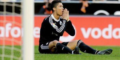 El delantero portugués del Real Madrid Cristiano Ronaldo tendido sobre el terreno de juego durante el partido de la decimo séptima jornada de Liga de Primera División, disputado ante el Valencia en el estadio de Mestalla. EFE