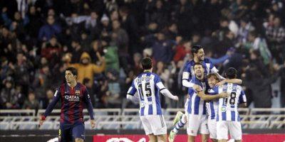 Los jugadore de la Real Sociedad celebran el gol marcado en propia puerta por el defensa del FC Barcelona Jordi Alba, durante el partido de la decimo séptima jornada de Liga de Primera División. EFE