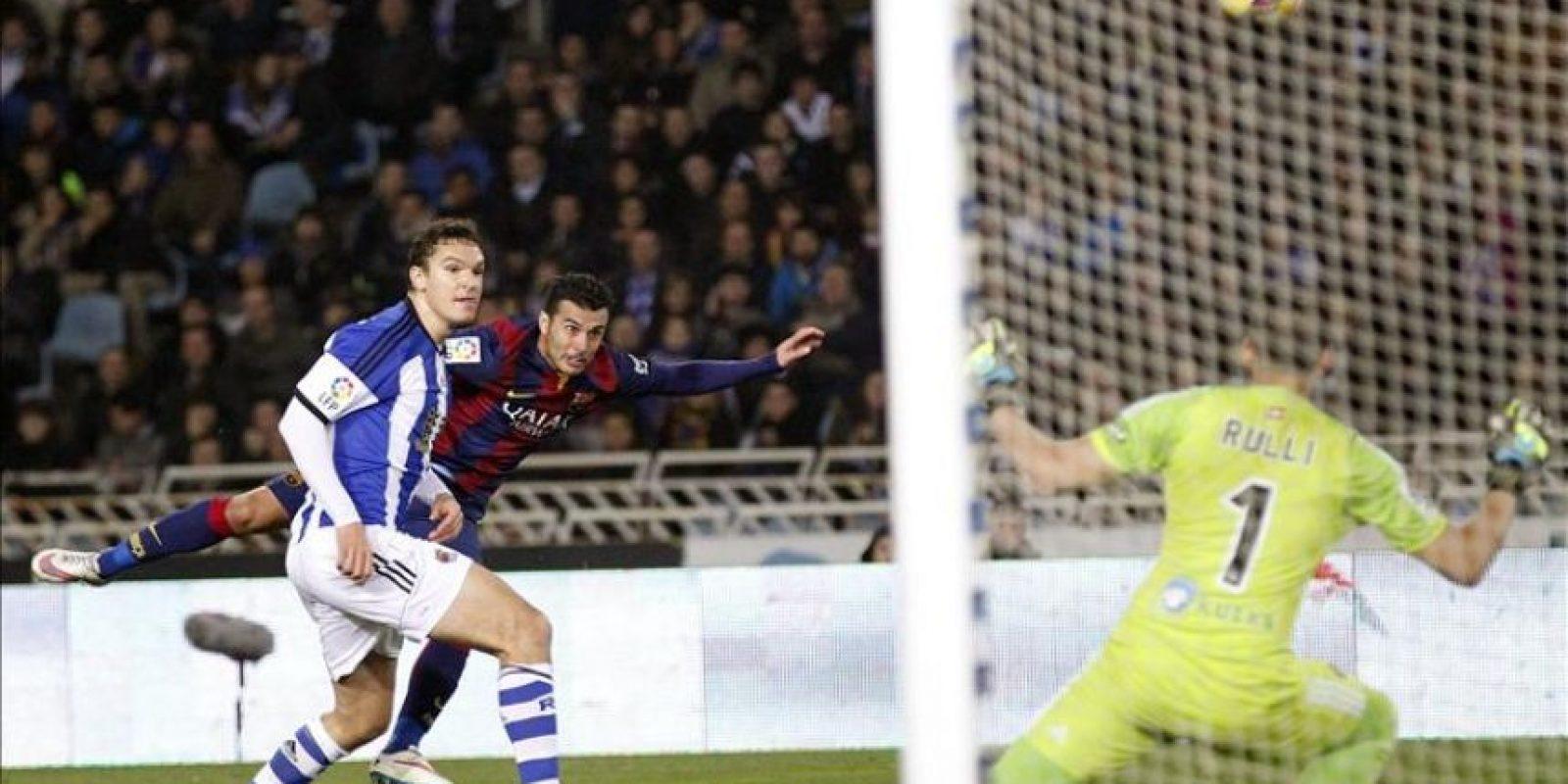 El delantero del FC Barcelona Pedro Rodríguez (c) cabecea a puerta entre Ion Ansotegi (i) y el portero argentino Gerónimo Rulli, de la Real Sociedad, durante el partido de la decimo séptima jornada de Liga de Primera División disputado en el estadio de Anoeta de San Sebastián. EFE