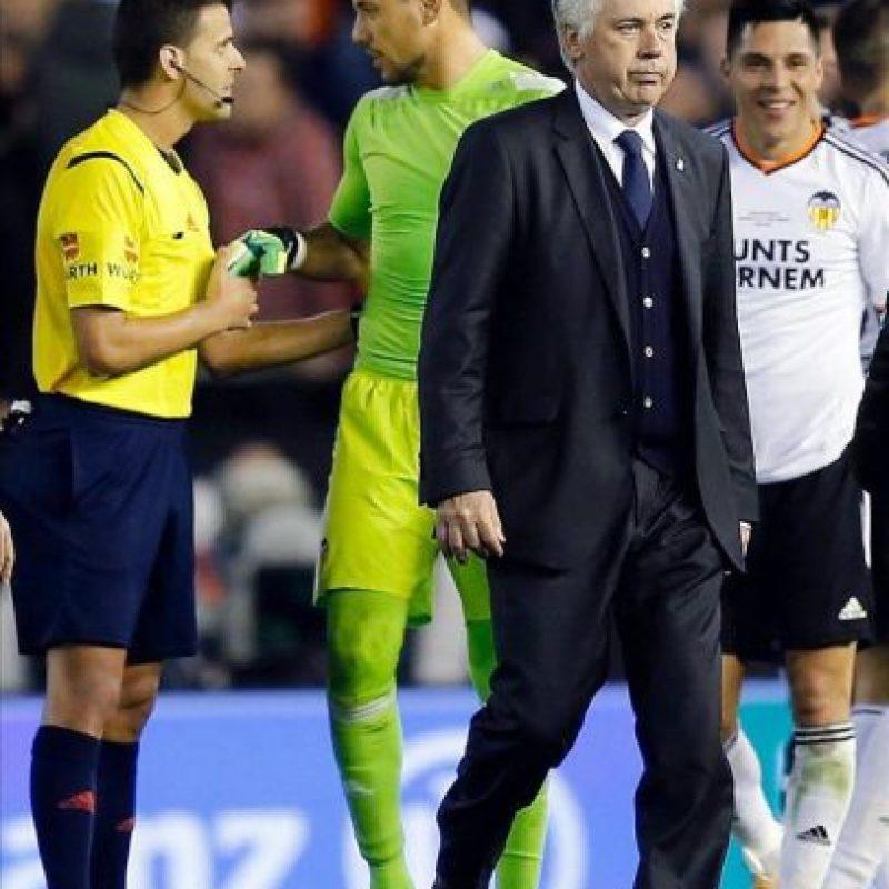 El técnico del Real Madrid, el italiano Carlo Ancelotti tras la derrota ante el Valencia, al término del partido de la decimo séptima jornada de Liga de Primera División disputado en el estadio de Mestalla. EFE