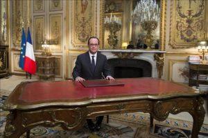 El presidente francés, Francois Hollande, graba un mensaje de deseos para el Año Nuevo a la nación desde el Palacio del Elíseo, en París (Francia). EFE