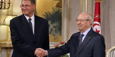 El presidente tunecino, Beyi Caid Esebsi (d), estrecha la mano del designado primer ministro, el político y economista Habib Essid, durante una ceremonia celebrada en el Palacio Presidencial de Cartago en Túnez, hoy. EFE