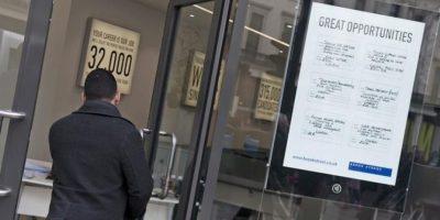 Un hombre entra en la oficina de empleo en el centro de Londres. EFE/Archivo