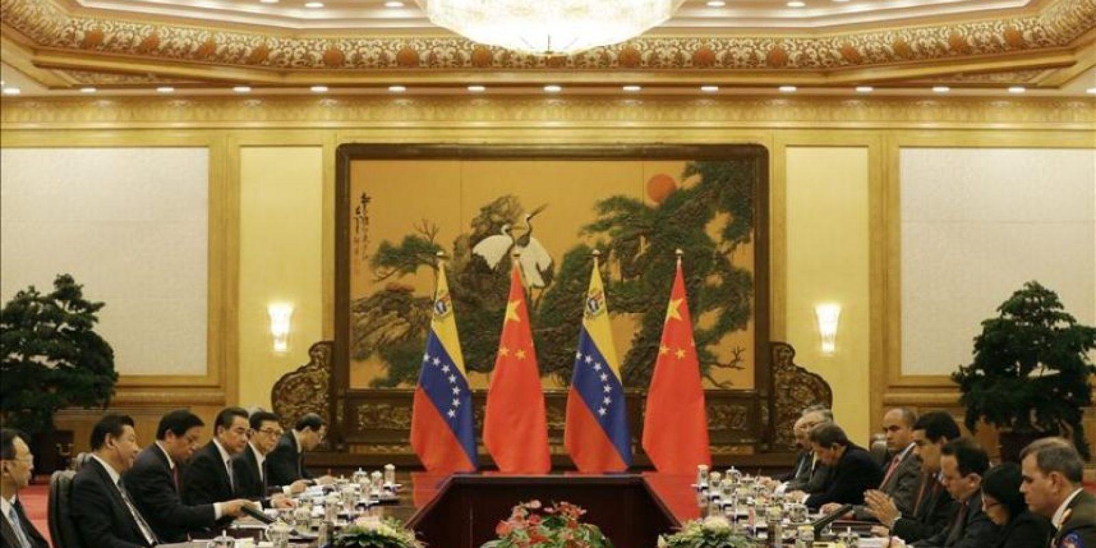 El presidente venezolano, Nicolás Maduro (4º dcha), y su homólogo chino, Xi Jinping (2º izq), mantienen un encuentro bilateral en el Gran Palacio del Pueblo de Pekín (China) hoy, miércoles 7 de enero de 2015, en el ámbito de su visita oficial del mandatario latinoamericano al país. EFE
