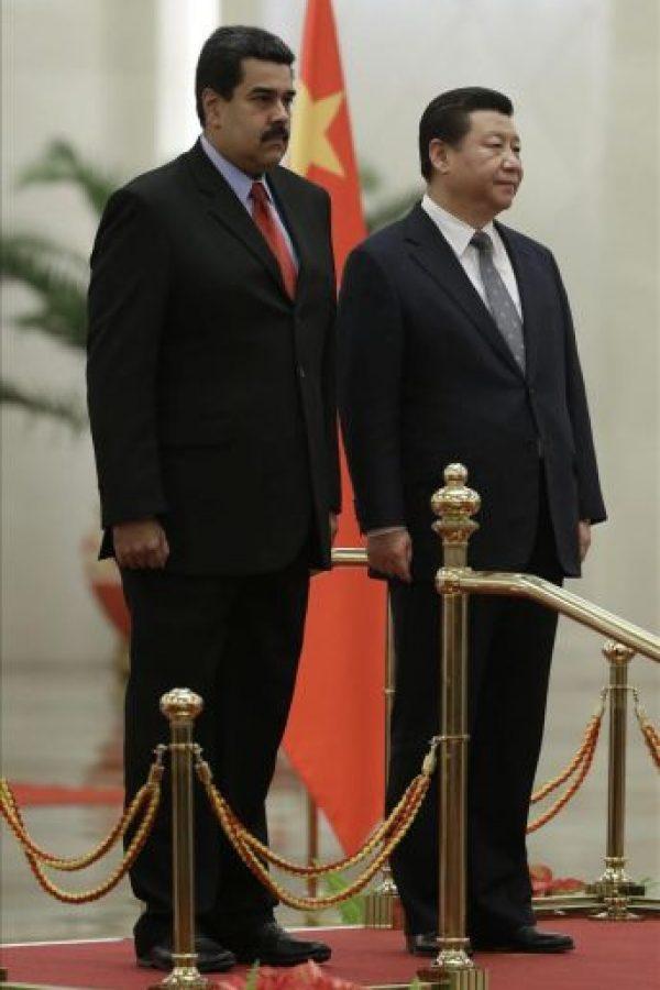El presidente venezolano, Nicolás Maduro (izq), y su homólogo chino, Xi Jinping, escuchan los himnos nacionales de ambos países. EFE
