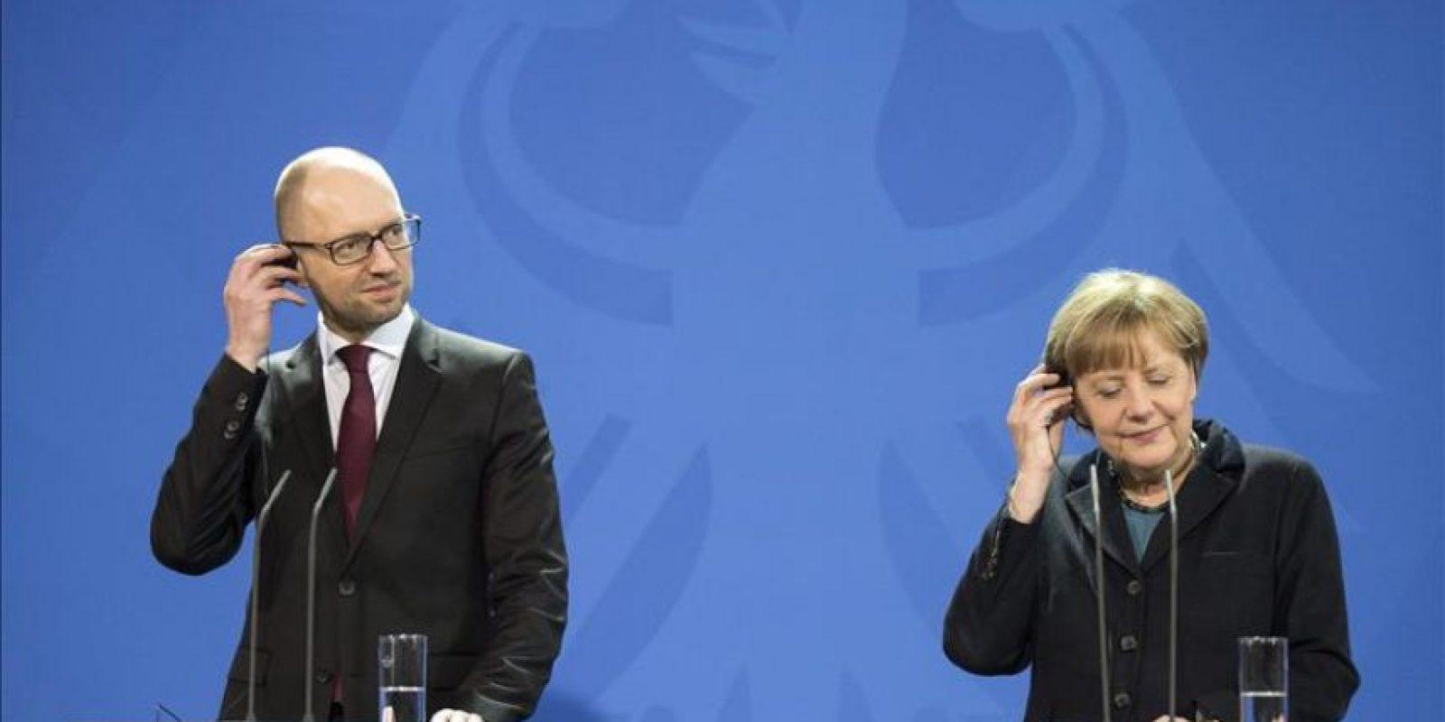 La canciller alemana, Angela Merkel (d), y el primer ministro de Ucrania, Arseni Yatseniuk, durante una rueda de prensa conjunta en la Cancillería de Berlín, Alemania, hoy. EFE