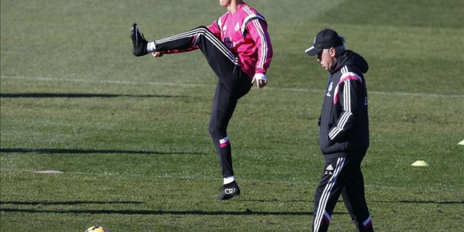 El técnico del Real Madrid, Carlo Ancelotti (d), junto a Cristiano Ronaldo (i) hoy en Valdebebas durante el entrenamiento que la plantilla blanca ha realizado de cara a preparar el encuentro de Liga que disputarán este sábado en el Santiago Bernabéu frente al Espanyol. EFE/