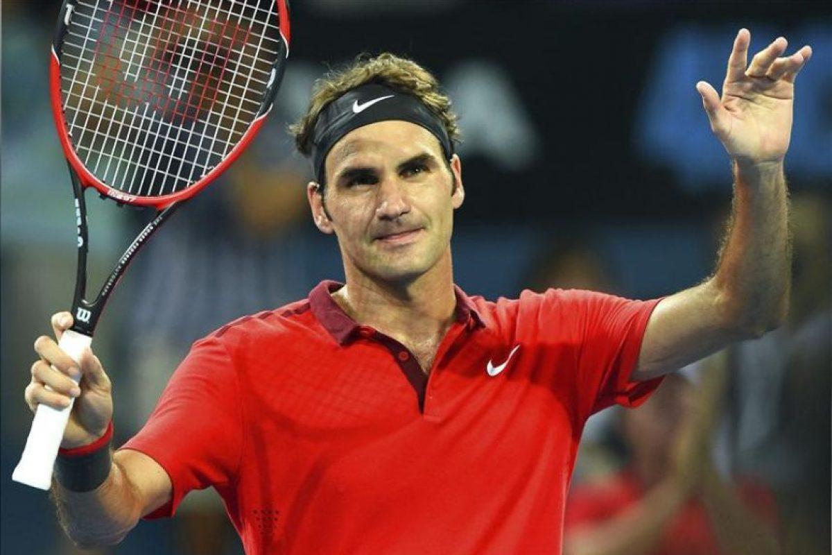 El tenista suizo, Roger Federer, saluda al público tras imponerse al australiano James Duckworth en su partido de cuartos de final del torneo de Brisbane de tenis, en Brisbane (Australia), hoy, 9 de enero de 2015. EFE/
