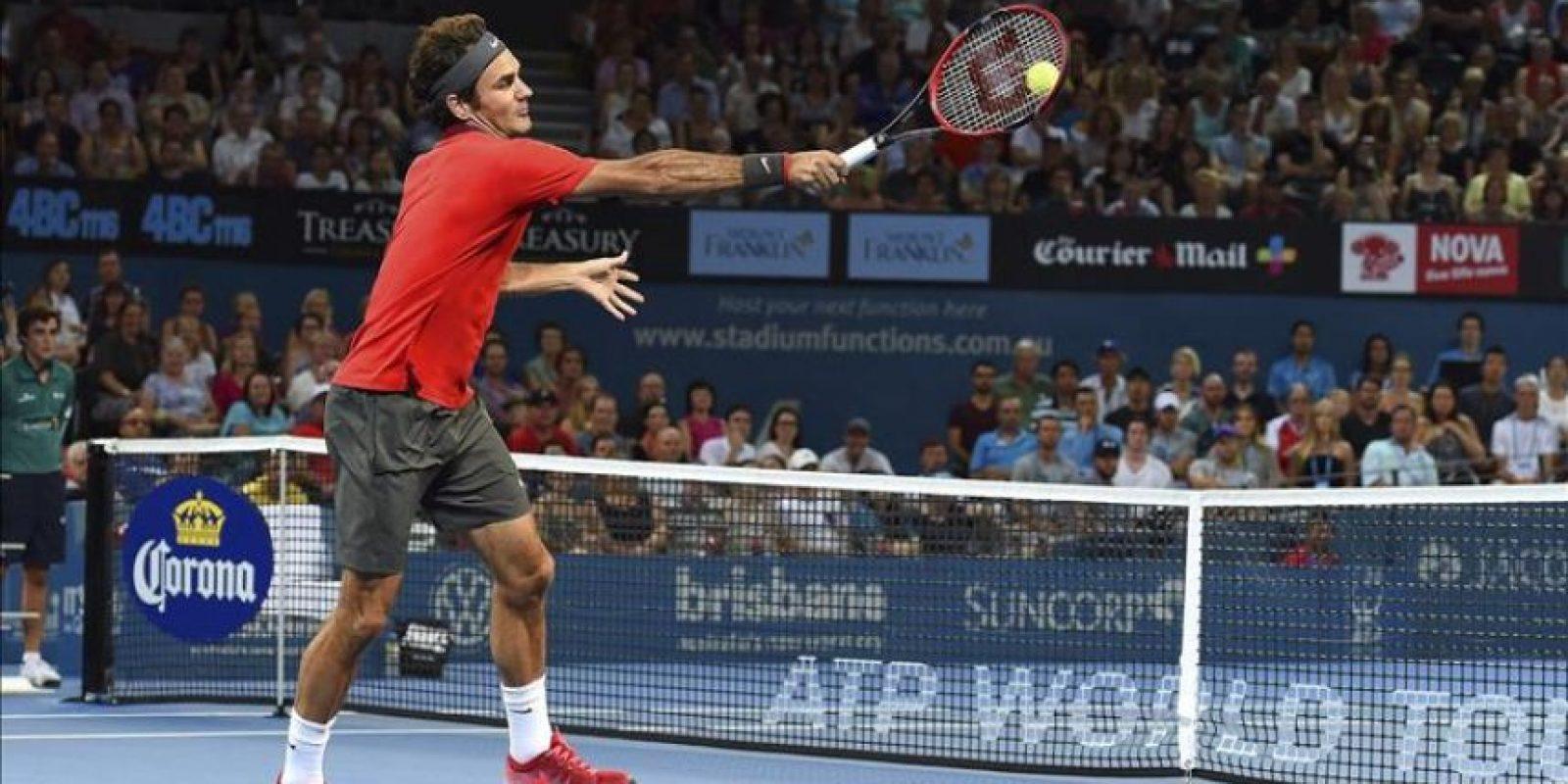El tenista suizo, Roger Federer, golpea la bola contra el australiano James Duckworth durante su partido de cuartos de final del torneo de Brisbane de tenis, en Brisbane (Australia), hoy, 9 de enero de 2015. EFE/