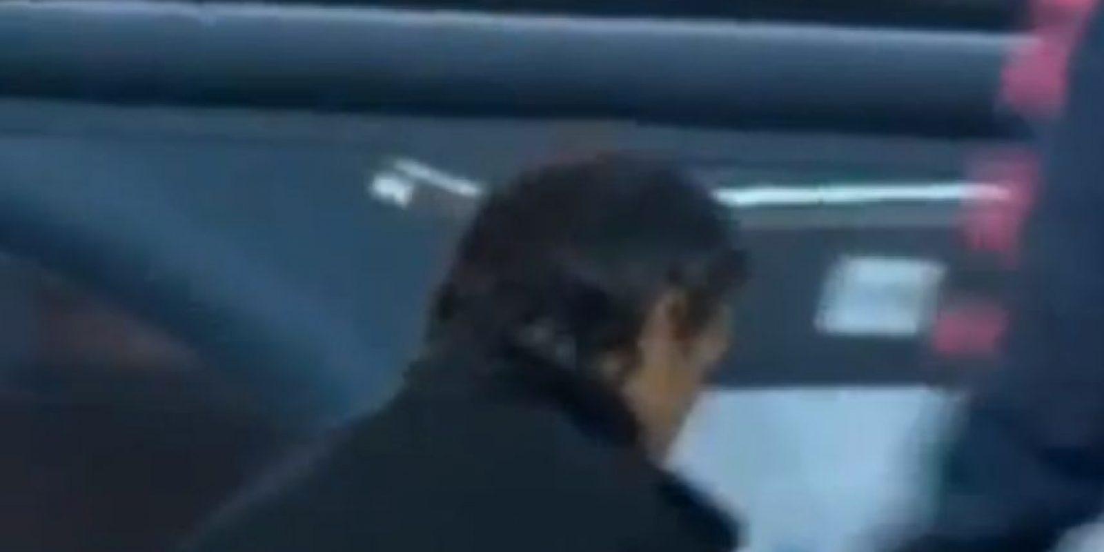 Luis Enrique aprovechó para retirarse a los vestuarios. Foto:vía YouTube