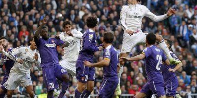 El centrocampista galés del Real Madrid Gareth Bale (d) salta a por el balón durante el partido frente al Espanyol de la decimoctava jornada de liga en Primera División que se jugó en el estadio Santiago Bernabéu. EFE