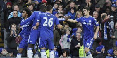 El jugador del Chelsea Oscar (d) celebra con sus compañeros un gol durante el partido de la Premier League que han jugado Chelsea y Newcastle en Stamford Bridge en Londres, Reino Unido. EFE/EPA